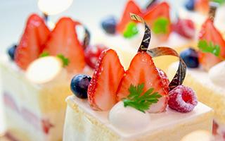 みんなで祝う誕生日ケーキ